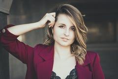 Flickan i kolonnerna fotografering för bildbyråer
