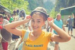 Flickan i locket av fåren hatt Utomhus- nätt ung hatt för kvinna Royaltyfri Foto
