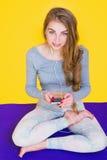 Flickan i lotusblomma poserar att lyssna till musik Arkivfoton