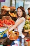 Flickan i marknaden Arkivbild