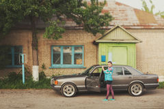 Flickan i ninetiesna är om bilar Arkivbilder