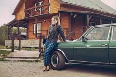 Flickan i ninetiesna bilen Arkivfoton