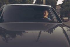 Flickan i ninetiesna som kör bilen royaltyfria bilder