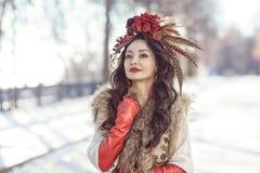 Flickan i pälsar och röd kläder Vinter Arkivbild