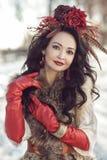Flickan i pälsar och röd kläder Vinter Royaltyfria Foton