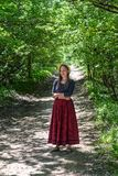 Flickan i röd kjol arkivbild