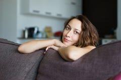 Flickan i rummet på soffan Arkivfoton