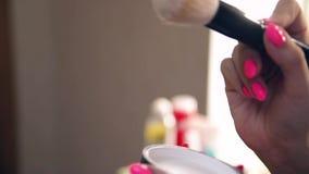 Flickan i skönhetsalongen stock video