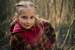 Flickan i skog Arkivfoton