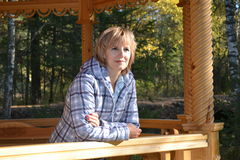Flickan i skogen Arkivbild