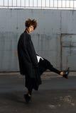 Flickan i sportswear dansar i parkeringsplatsen Royaltyfri Fotografi