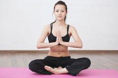 Yoga klassificerar rum Arkivbilder