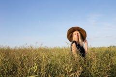 Flickan i strålar av aftonsolnedgångsolen Royaltyfria Bilder