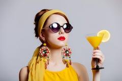 Flickan i 70-talkläder utformar med den tropiska coctailen Royaltyfria Foton