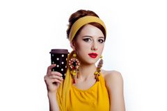 Flickan i 70-talkläder utformar med kaffekoppen Royaltyfri Bild