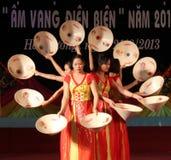 Flickan i traditionell dräkt deltar i kulturella festivaler fotografering för bildbyråer