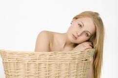 Flickan i tvättkorgen Arkivfoton