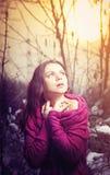 Flickan i vinter parkerar Royaltyfri Foto
