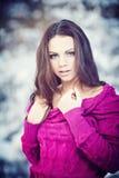 Flickan i vinter parkerar Royaltyfria Bilder