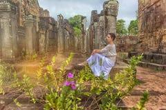 Flickan i vit på fördärvar av en forntida tempel arkivbild
