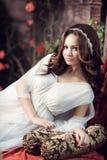 Flickan i vitkläder frigör Arkivfoto