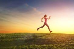 Flickan joggar på solnedgång Royaltyfri Fotografi
