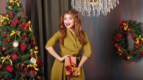Flickan jublar gåvan jul min version för portföljtreevektor Arkivfoto
