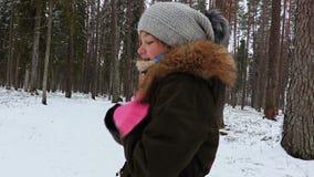 Flickan känner sig kall i skog stock video