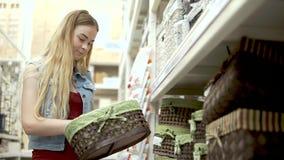 Flickan köper nya korgar stock video