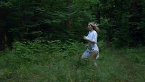 Flickan kör barfota i skogen arkivfilmer