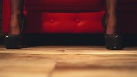 Flickan kör en piska på tabellen Intimt gods Piska för intimitet Sexig flicka med en piska arkivfilmer