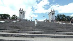 Flickan kör ner den stads- trappuppgången lager videofilmer
