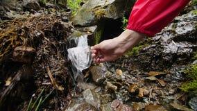 Flickan kammar hem ett exponeringsglas av vatten från en bergström lager videofilmer