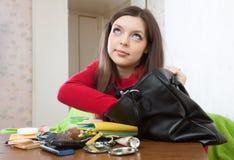 Flickan kan inte finna något i hennes handväska Arkivbild