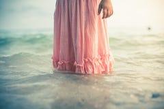 Flickan kastar en sten på havet Royaltyfri Fotografi