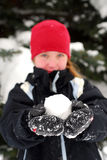 flickan kastar snöboll Royaltyfri Fotografi