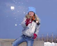 flickan kastar snöboll Royaltyfri Foto