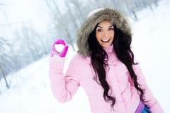 flickan kastar snöboll att kasta Arkivfoton