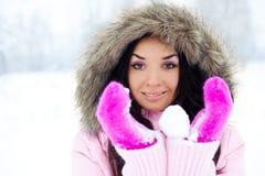 flickan kastar snöboll att kasta Fotografering för Bildbyråer