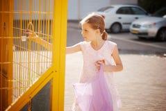 Flickan kastar ut avskräde Royaltyfria Bilder