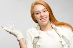 Flickan klädde för vintern som rymmer stort le för snöflinga Royaltyfri Fotografi