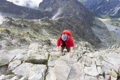 Flickan klättrar Arkivbild