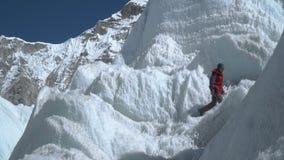 Flickan klättrar glaciären stock video