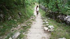 flickan klättrar trappan stock video