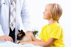 Flickan kom med katten till veterinären fotografering för bildbyråer