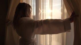 Flickan kommer till fönstret stock video