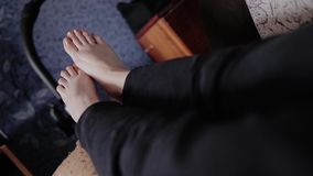 Flickan kopplar av att ligga på soffan Uppvisning av hennes ben stock video