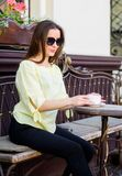 Flickan kopplar av i kaf?cappuccinokopp Koffeindos Kaffe f?r driftig lyckad dag Frukost Tid i kaf? flicka arkivfoto