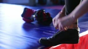 Flickan kopplas in i den boxas idrottshallen stock video
