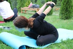 Flickan kopplas in i naturyoga Para yoga eller acroyoga royaltyfri bild